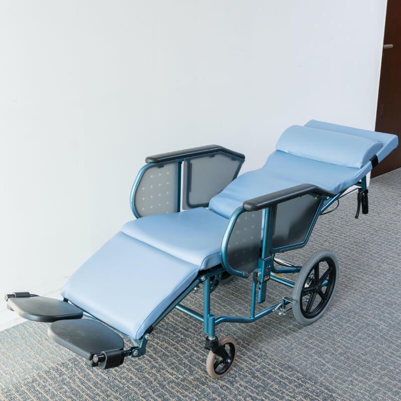 [フルリクライニング車いす]楽な姿勢での移動が可能